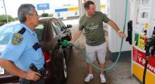 En utsedd polis i Houston, Texas, övervakade bränslepåfyllningen…