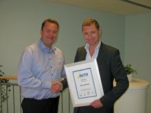 Vinnare av AutoIndex 2012. Svenska Lexus märkeschef Gustav von Sydow gratuleras av Loyalty Groups vd Mikkel Korntved.