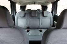 Bra utrymme i det ordinarie baksätet och det finns Isofix på alla tre platser. Acceptabla stolar längst bak.