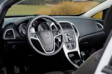 Nästan som i en vanlig Astra. Mängden knappar stör ergonomin men interiör och detaljer har redig finish.