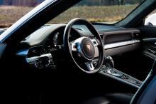 Kupén har blivit mer lyx- än sportbil och man sitter inte längre med näsan i vindrutan. Åtskilliga grepp har hämtats från Panamera, exempelvis den dominerande mittkonsolen med sina rader av knappar. Suverän detaljfinish.