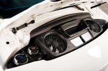 Bergsprängarstereo? Under motor-luckan kan ägaren kolla vätskenivåer, resten överlämnas till mekanikern.