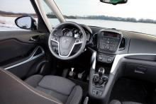 Ratt, instrument och mittkonsolen med över 30 plottriga knappar påminner om andra Opelmodeller. Trånga, fasta sportstolar kostar 6 800 kr.