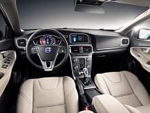 Förarplatsen liknar Volvos övriga modeller med undantag av själva instrumenteringen. Mittkonsolen ser ut som den brukar och det tar tid innan man lärt sig hitta bland de små knapparna. Volvo har motstått frestelsen med elektrisk handbroms och utrustat V40 med en lättmanövrerad klassisk spak.