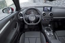 Förarplatsen är helt nydesignad och går i typisk Audi-stil. Kvalitetskänslan är på toppnivå och det mesta fungerar både logiskt och klanderfritt. Flera nya hjälpsystem finns som tillval, bland annat en autombroms med kollisionsvarning som fungerar även i höga hastigheter.