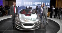 Victor Muller (till höger), vd för Spyker, ger inte upp kampen om Saab. Nu ställer han in siktet på plattformen Phoenix.