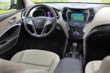 Instrument och reglage är bra, även om ratten innehåller väldigt många knappar. Navigation, läder och automatlåda blir tillval som kostar extra.