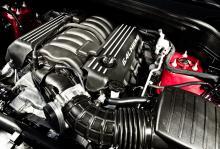 V8 på 6,4 liter ger SRT enorm fart – och törst. Behagligt lågt avgasljud.