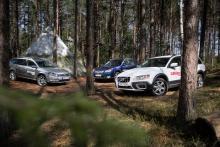 När vägen består av djupa hjulspår  som slingrar mellan träden tar Subaru Outback täten.