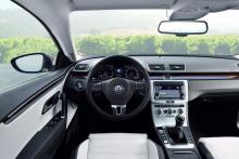 Stramt funktionellt som det anstår en VW, med solid känsla i allt utom plasten ovanför handskfacket. Det finns paneldekorbitar av trä att beställa.
