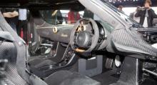 Koenigsegg Hundra är högerstyrd. Kan köparen månne finnas i Saudiarabien?