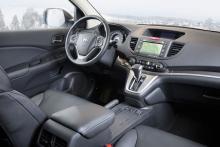 Föraren sitter högt med bra koll på omgivningen och har mycket att titta på även inne i bilen. Två informationsfönster och färddator också i hastighetsmätaren kan bli lite förvirrande.