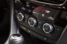 Reglagen till kupévärmen sitter väl lågt, men är enkla att hantera med få knappar och tre rejäla rattar. De gula varningslamporna för olika inkopplade funktioner är störande skarpa.