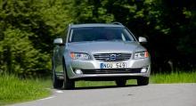 Volvo V70 modell 2014 ger ett elegantare intryck med den nya frontens liggande ribbor. Senare i höst kommer Volvo med nya dieselmotorer.