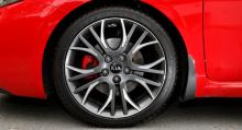 Artontumsfälgar, röda bromsok till 300-millimetersskivorna, samt 225-däck från Michelin – riktigt tysta åtminstone på österrikiska vägar.