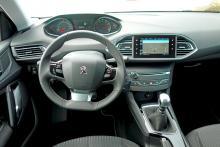 Peugeot 308 har en udda utformning av förarmiljön med liten, lågt placerad ratt och högt placerade instrument. Vissa störs dock av att överdelen av rattkransen skymmer instrumenten medan andra lider av att mätarnas små siffror och graderingar blir svårlästa. Här krävs synskärpa!