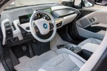 Förarplatsen fungerar utmärkt med bra reglage och instrument. En del av materialen känns billiga och inte vad vi är vana vid från BMW.