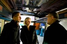 Peugeots representanter Jimmy Mikkelsen och Maria Lantz diskuterar rostskydd med Vi Bilägares rostskyddsexpert Thomas Widström.