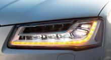 Strålkastarna med 25 LED-lampor styrs automatiskt av en kamera.