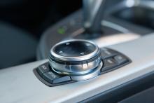 Infotainmentsystemet styrs smidigt med reglaget iDrive Touch.