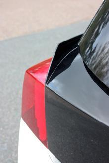Små vingar vid bakljusen minskar turbulensen bakom bilen.