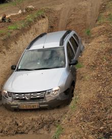 Provturen skedde bland annat i ett gyttjebad. Det tog fyrhjulsdrivna Dacia Duster som rena hälsokuren.
