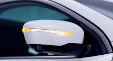 Backspeglarna har en rad LED-lampor som blinkar skarpt. Undertill sitter kameran till p-assistenten.