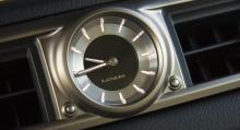 På klassiskt premiumbilsmanér återfinns en analog klocka centralt placerad i instrumentbrädan.