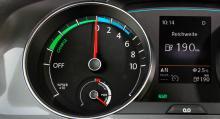 Istället för motorvarv visar mätaren om el förbrukas eller genereras.