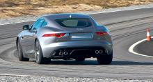 Jaguar F-Type Coupé älskar kurvor, både sin egna och banans. Riktig diffbroms och automatisk bromsning av innerhjul bidrar till perfekt balans.