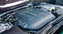 Under locket en femliters V8 med kompressor och outtömlig kraft. Det maximala vridmomentet 680 Nm finns redan från strax över 2000 v/min.