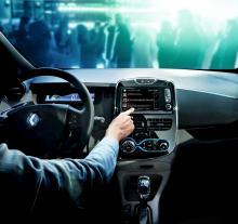 Hastighetsmätaren är unik för Zoe men mittenpanelen har lånats från Renault Clio. Navigation är standard.