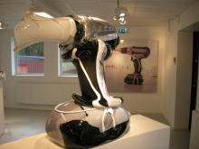 """""""Världens största glasskulptur av en skruvdragare"""", enligt konstnären Jim Butler från USA, som skapat skruvdragaren vid en workshop i hyttan Vet Hut på Boda The Glass Factory. Foto: AB Glasriket"""