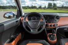 Mycket storbilskänsla bakom ratten i Hyundai i10 (här automatversionen) och rymligheten är påtaglig. Reglagen är enkla och välplacerade, finishen utmärkt.