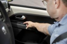 Seat får man sträcka sig till högerdörren för att sänka dess sidoruta – knapp på förardörren finns inte.