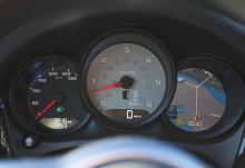 Klassiskt Porsche. Plus för visningen av navigation i den högra rundeln.