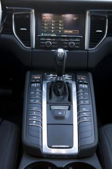 Många knappar men lättförståelig layout i Porsche Macan S Diesel.