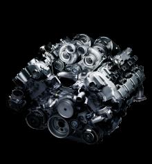 BMW:s 4,4 liter stora V8 med dubbla turboaggregat mellan cylinderbankarna.