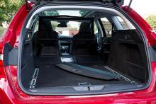 Peugeots lastrum är långt, fällningen av baksätet går enkelt. Formen är inte optimal för backlastning, värre då att inredningsmaterialen ger billigt intryck.