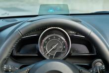 Head Up-display visar fart och ger vägvisning i siktfältet.