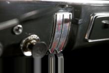 """Lackerad instrumentpanel med polstrad överdel, spikrak växelspak, hastighetsmätare av febertermometermodell blev """"svensk standard"""" under många år. Extraljus, sportig ratt och varvräknare utmärker 123 GT."""