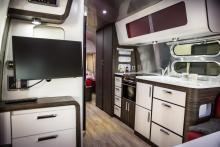 Den väl tilltagna amerikanska husvagnen rymde kök och två dubbelsängar...