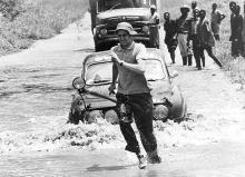 En annan kartläsare, Torsten Åman skickades ur bilen för att känna vattendjup under Safarirallyt 1966. Foto: Saabmuseet