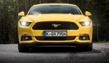 Ford Mustang Fastback V8 GT har ett farthungrigt grin.