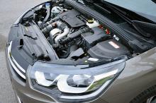 Det är något sympatiskt med ett motorrum som inte är helt täckt av plast. Den Euro6-klassade dieseln är stark och dragvillig.