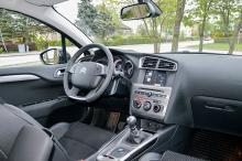 Interiören är en blandning av mjuka material som känns påkostade och billig hårdplast. På instrumentbrädan finns några välplacerade knappar och vred kvar trots att en sjutums pekskärm tagit plats i bilen.