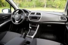 Förarmljön är i princip identisk med den i en vanlig Suzuki S-Cross. Enda skillnaden är en liten display för gasmängden till vänster om ratten.