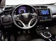 Interiören i nya Jazz ger ett välordnat och gediget intryck. Med Honda Connect följer MirrorLink som speglar ansluten enhet i bilens pekskärm.