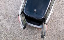 Skåpbilsdörrarna är en udda lösning som är mer rolig än praktisk. För att öppna dörrparet krävs en halvmeters svängrum bakom bilen.