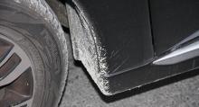 Stänklappar kostar extra, stor blästringsrisk vid framskärmarnas kanter.